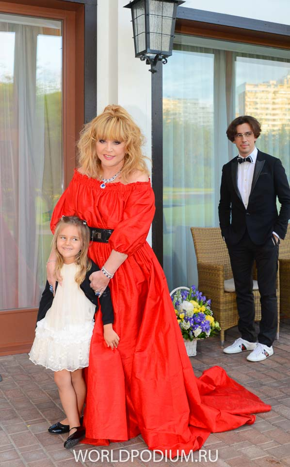 Пугачёва в красном платье