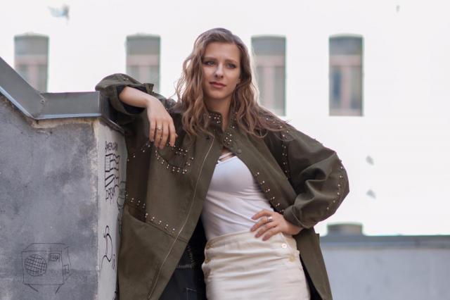 «Поддерживать друг друга в сложных ситуациях - это норма»: Лиза Арзамасова совместно с фондом «Старость в радость» представляет премьеру благотворительного спектакля «Кабы я была...»