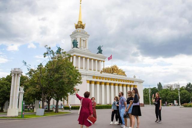 Флаг под водой, исторические экскурсии и детская программа: на ВДНХ отметят День российского флага