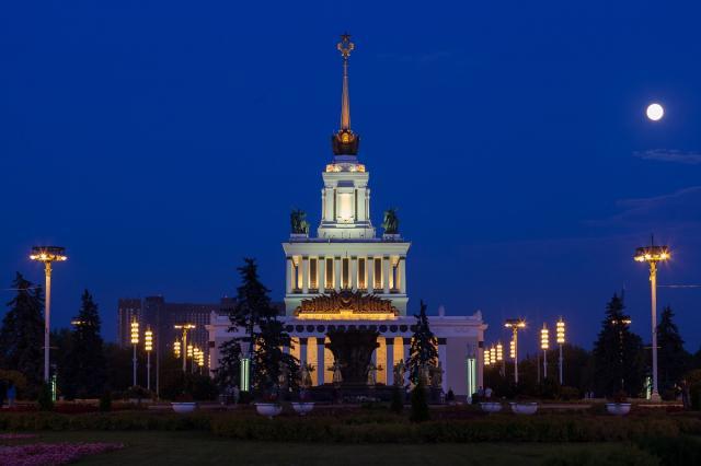 «Огни ночной ВДНХ»: на Главной выставке страны стартуют вечерние экскурсии