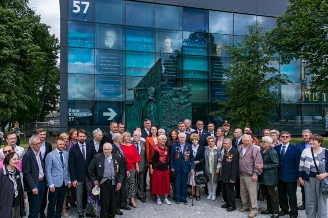 на ВДНХ открыли монумент в память о сотрудниках Выставки, которые погибли в годы Великой Отечественной войны