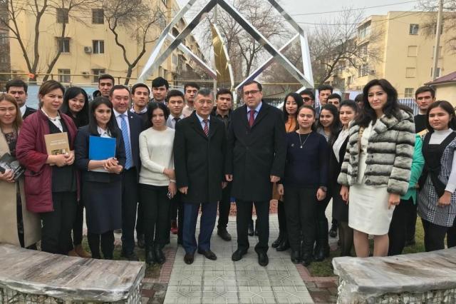 Сотрудники Посольства Кыргызстана в Узбекистане возложили венки к барельефу Чингиза Айтматова