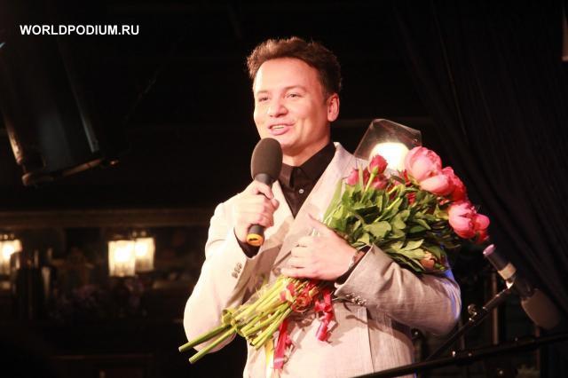 Александр Олешко читает с оркестром «Аленький цветочек»