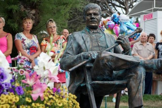 Памятник Михаилу Пуговкину открыли в Ялте