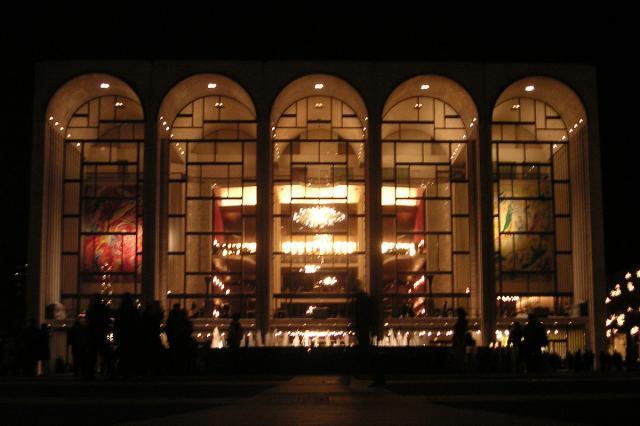 Метрополитен опера отменила осенний сезон