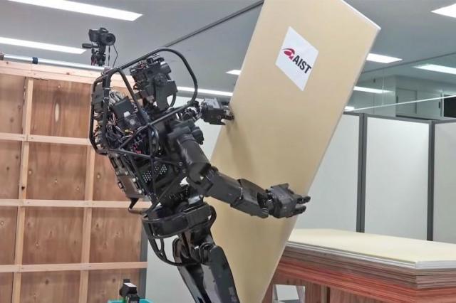 Гуманоидный робот из Японии научился обшивать стены гипсокартоном