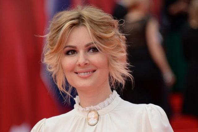 Кожевникова в белоснежном платье-халате затмила всех на премьере
