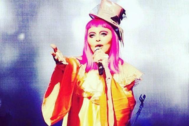 57-летняя Мадонна вышла на сцену в костюме клоуна