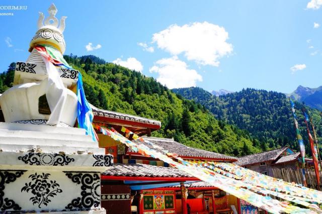 Шанхай и храмы Китая: что символизируют тибетские молитвенные флаги?