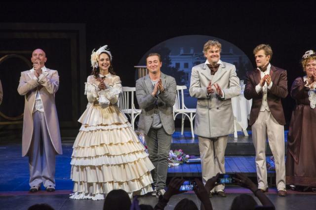 «Как выходят в люди»: возобновленную версию спектакля «На всякого мудреца довольно простоты» представили в Московском Губернском театре