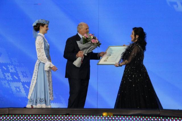 Александр Лукашенко вручил награду Тамаре Гвердцители