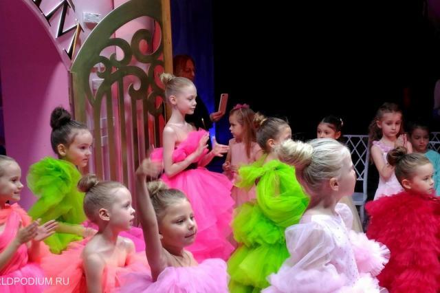 Дефиле знаменитых принцев и принцесс на показе детских платьев SASHA KIM