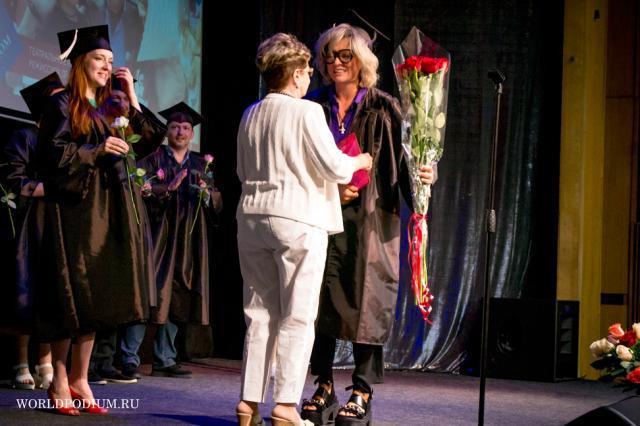 Ольга Дроздова вместе с другими студентами получила диплом Института Современного искусства