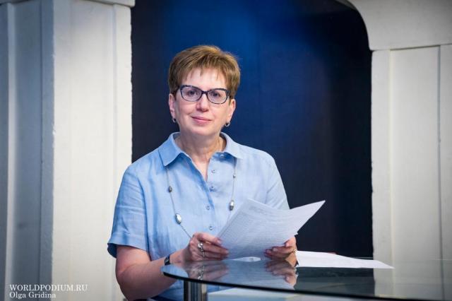Ректор Института современного искусства Ирина Наумовна Сухолет поздравляет жителей планеты ИСИ с Наступающим Новым годом