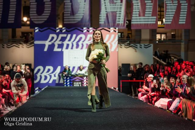 Айза Анохина представила новую коллекцию на Street fashion подиуме Недели моды в Москве
