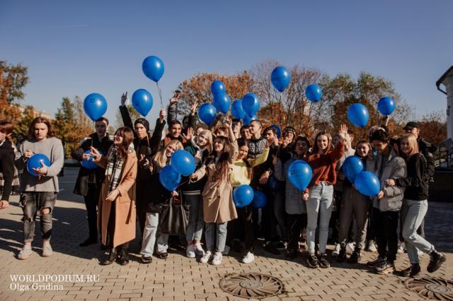 Студенты ИСИ в предверии дня первокурсника посадили кусты жасмина на территории подшефного Храма Спиридона Тримифунтского