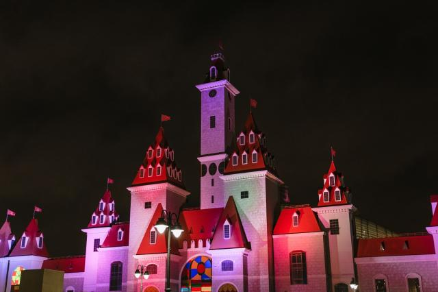 Декоративная подсветка украсила входную группу «Острова Мечты»