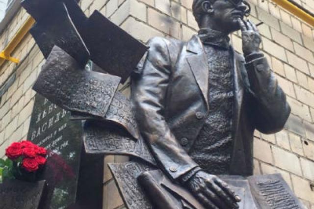 В Москве установили памятную доску Борису Васильеву
