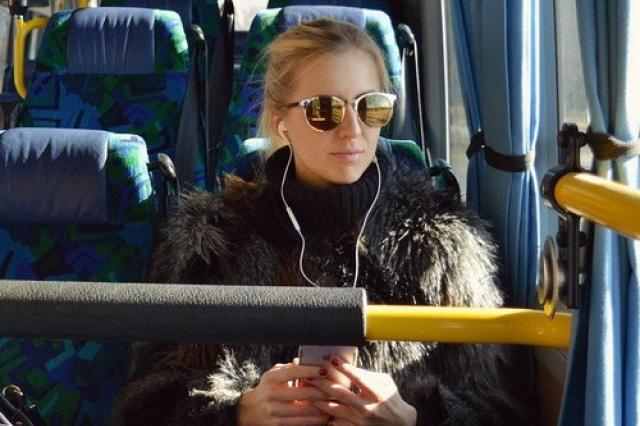 В России запретят слушать музыку в транспорте без наушников