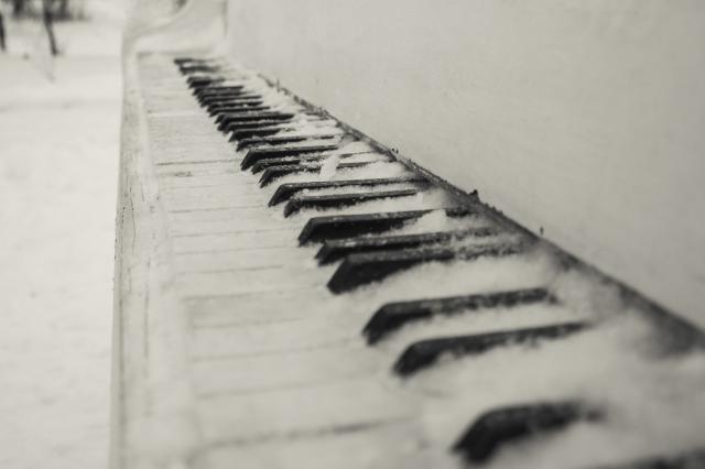 Петербургский пианист сыграл на рояле на заснеженной вершине горы