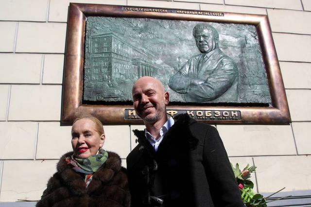 Мемориальную доску Кобзону открыли в академии музыки им. Гнесиных