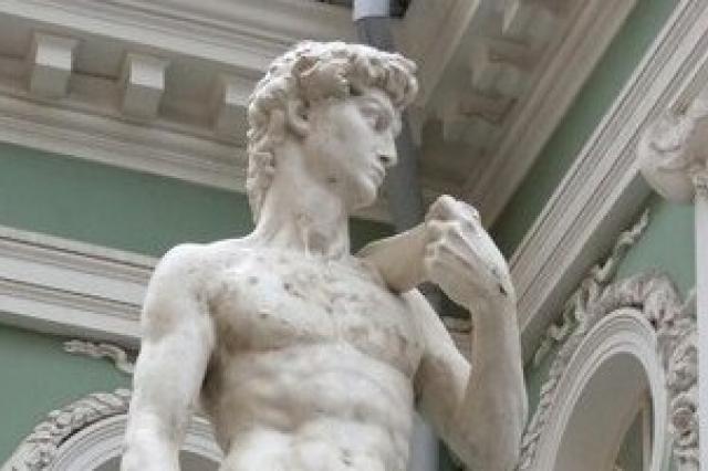 Петербуржцы попросили одеть статую Давида