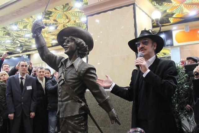 Михаил Боярский открыл памятник Д'Артаньяну в екатеринбургском «Пассаже»