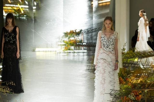 Принцессы и много цветов на показе Rodarte в Нью-Йорке