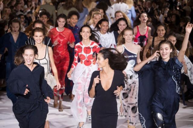 Зажигательный танец моделей в финале показа Стелла МаКартни
