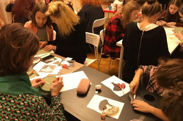 Мастер-классы по изготовлению кокошника и «сажене по бели» с российскими мастерицами прошли в Бухаресте