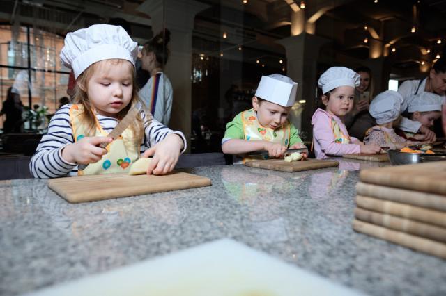 Семейные воскресенья в ресторане Uhvat на Трёхгорке: творчество, развлечения и секреты любимых блюд!