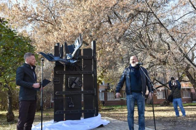 В Омске открыли памятный знак к юбилею Достоевского