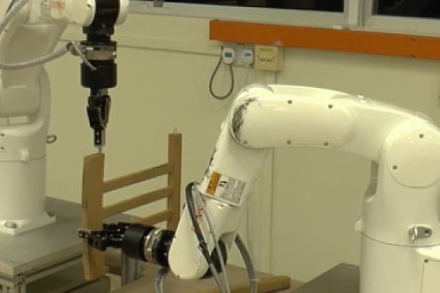 Инженеры из Сингапура смогли научить роботов-манипуляторов собирать стул из набора исходных деталей