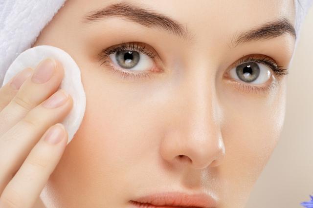 Мицеллярная вода для очищения сухой кожи лица и для демакияжа глаз