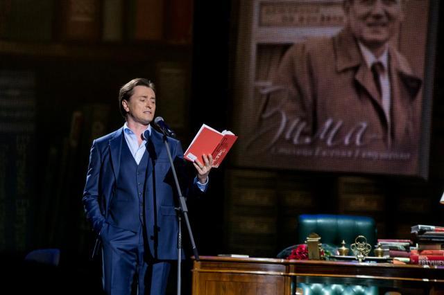 Сергей Безруков прочитал стихотворение Евгения Евтушенко на концерте в поддержку медицинских работников