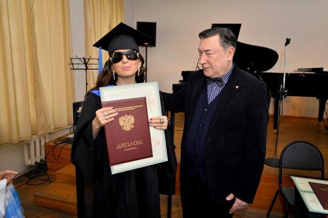 Певица Диана Гурцкая получила красный диплом МГУ