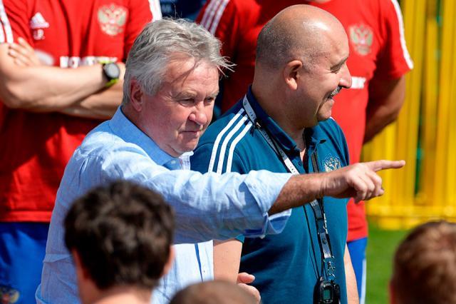 «Ты ещё не на пенсии?» Хиддинк травит на тренировке сборной России