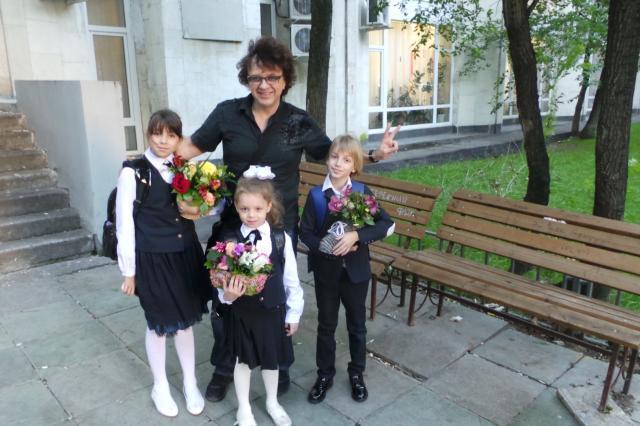 Первый раз в первый класс: Рома Жуков отвел дочь в школу
