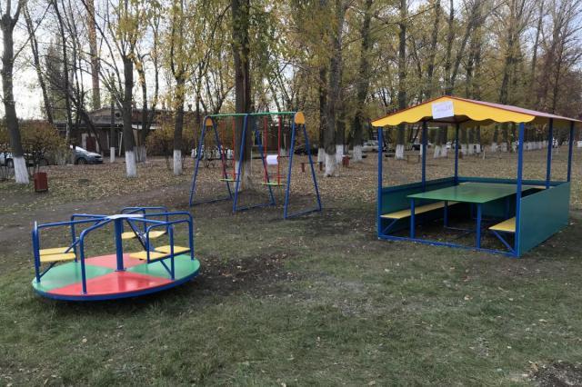 Компания ТЕХНОНИКОЛЬ подарила больнице новую детскую площадку