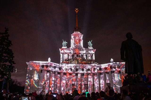 Красочная видеоинсталляция под звуки оркестра открылась на ВДНХ