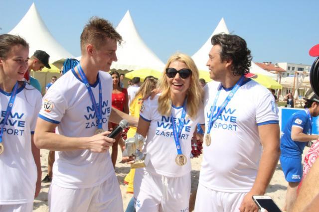 Команда звезд разгромила конкурсантов на матче по пляжному футболу