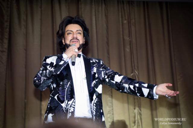 Филипп Киркоров вместе со звёздами отечественной эстрады снялся в клипе «Цвет настроения синий»