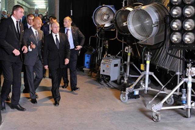 """Путин посетил """"Ленфильм"""" и познакомился с процессом создания кино"""
