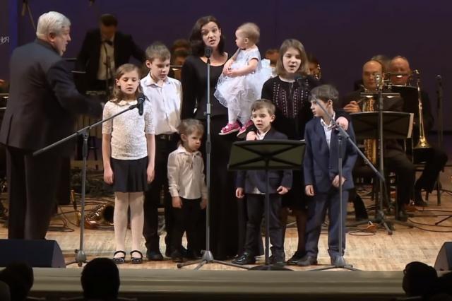 Семеро детей Евгения Цыгановой и Ирины Леоновой выступили на одной сцене с мамой