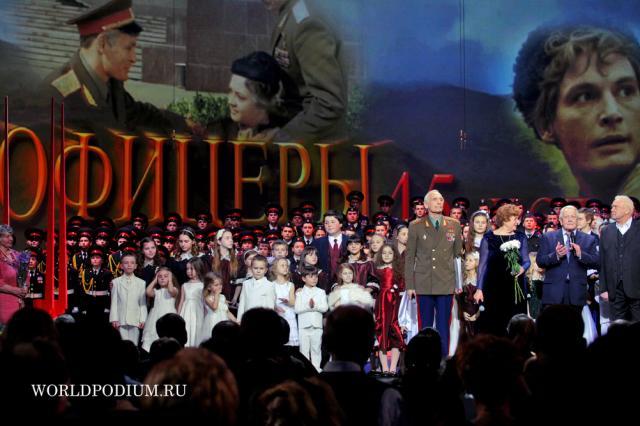 """Чайка наградил ведомственными наградами актеров фильма """"Офицеры"""""""