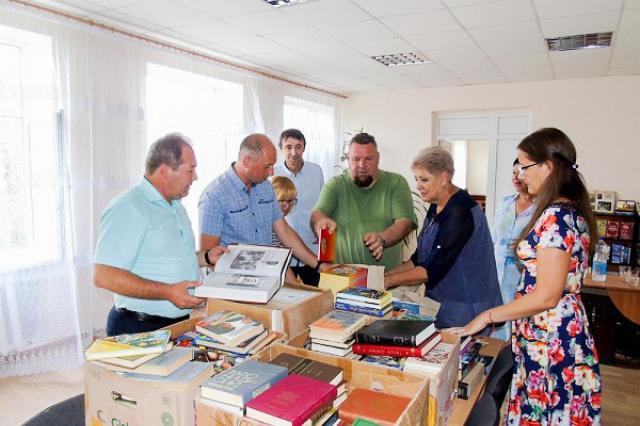 Писатели России и ЛНР передают книги прифронтовым населённым пунктам Донбасса