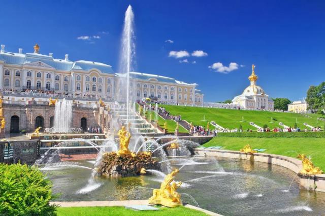Музей-заповедник «Петергоф» представил альбом о дворцово-парковом ансамбле в период ВОВ