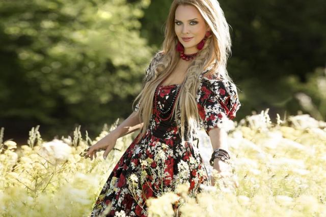 «Разольётся река»: Певица Варвара выпустила клип о любви и верности