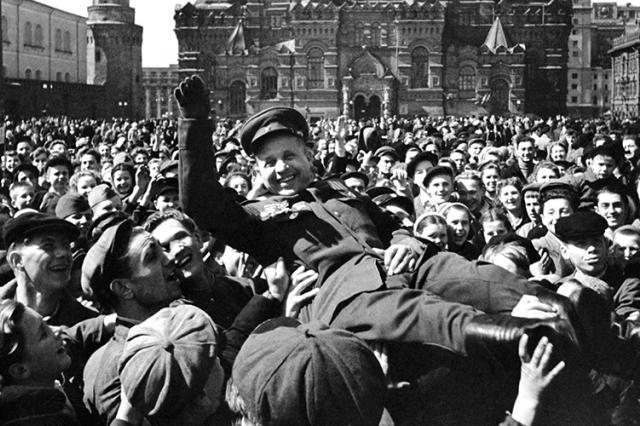 """Телеканал """"Победа"""" покажет ранее неизданные кадры с парада 1945 года"""