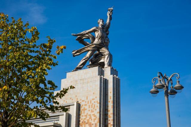 ВДНХ продлевает бесплатные уличные экскурсии о творчестве советского скульптора Веры Мухиной